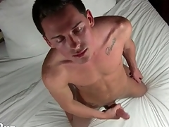 Masturbating hottie plays in his asshole