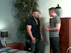 Handyman makes out concerning a hunky guy